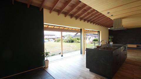 通り土間が内部までのび、和を感じ外と感じる。寺庄の家完成見学会