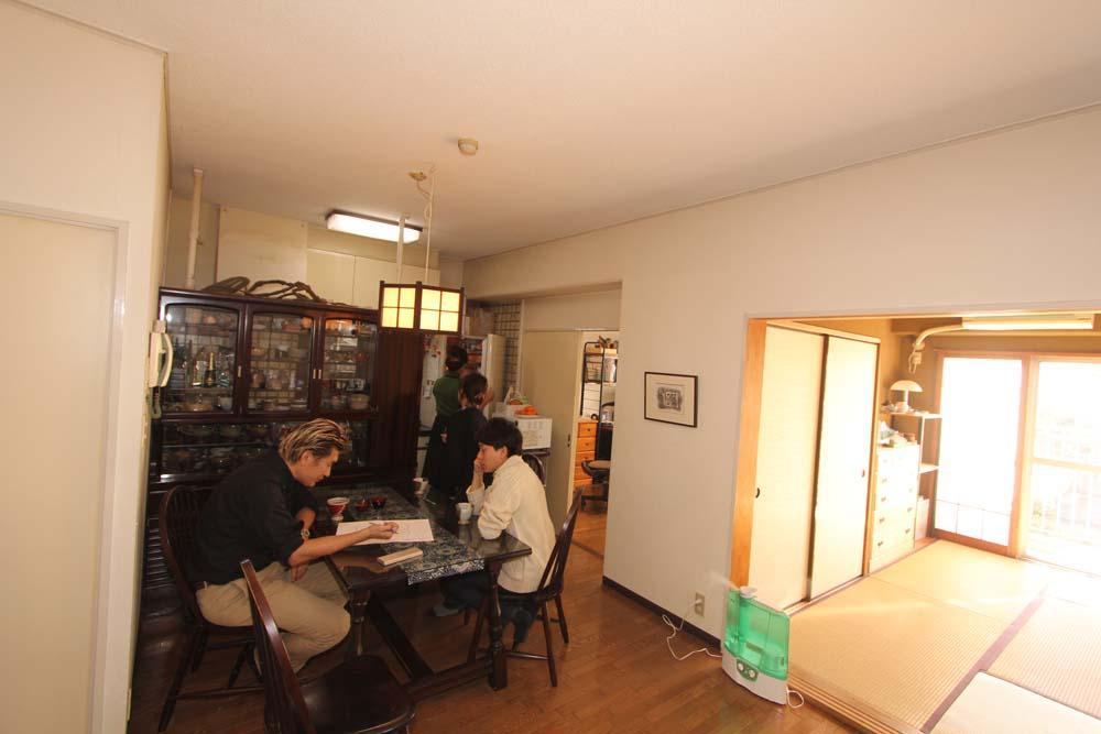 白×茶のコントラストがモダン。レトロな家具が映えるのリノベーション前の写真