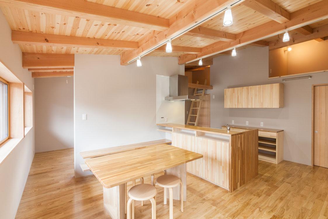 飯島の家の部屋 木を感じるダイニングキッチン