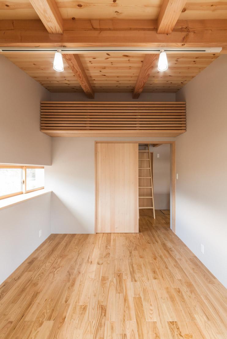 飯島の家の部屋 スポットライトのある寝室