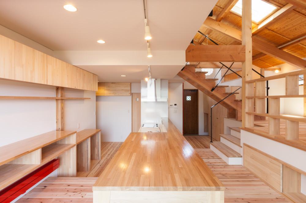 リノベーションの家の部屋 キッチンと一体感のあるダイニングテーブル