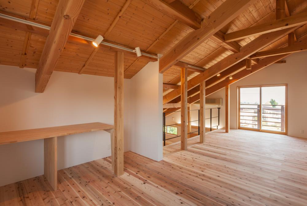 リノベーションの家の部屋 造作デスクのある書斎