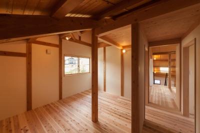 ぬくもりのある寝室 (リノベーションの家)