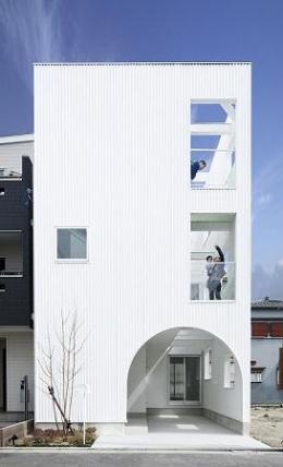 House K (アーチ型の入り口がある白い外観)