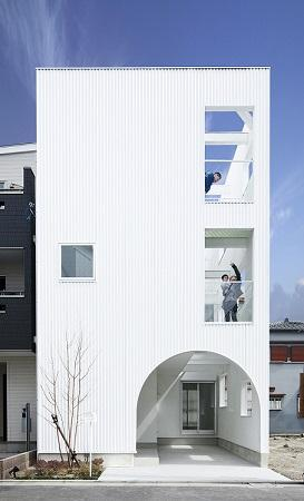 House Kの写真 アーチ型の入り口がある白い外観