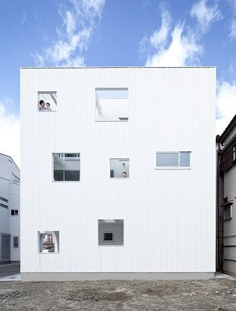 House Kの写真 小窓がたくさんある外観