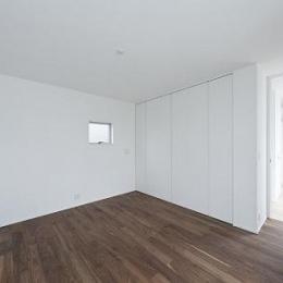 House K (小窓のある白い寝室)
