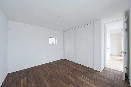 House Kの写真 小窓のある白い寝室