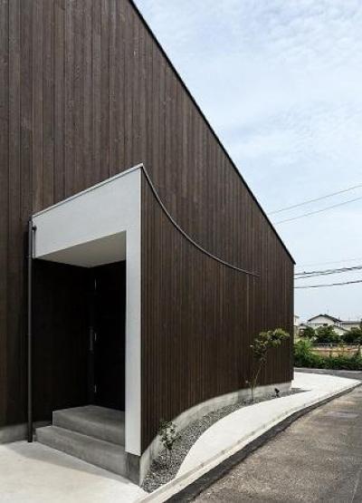 玄関入り口 (焼き杉の家)