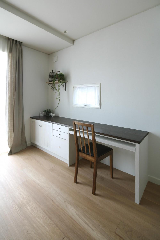 M邸 (家事仕事や読書に便利なキッチン横デスク)
