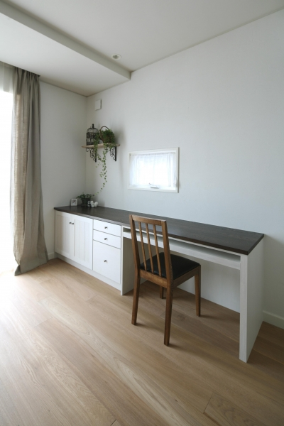 家事仕事や読書に便利なキッチン横デスク (M邸)