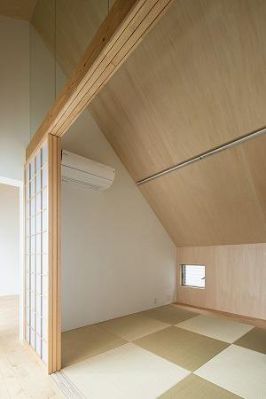 焼き杉の家の部屋 小窓のある和室