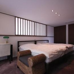 落ち着きのある寝室 (YU邸)