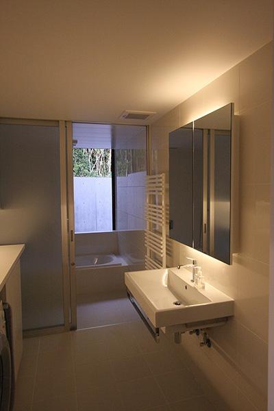 窓のある洗面所とバスルーム (YU邸)