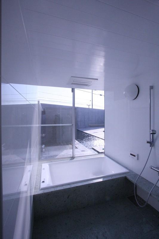 KS邸 (開放的なバスルーム)