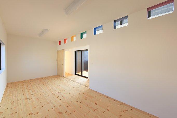 House-SK【 HB 】の部屋 子供部屋にあるカラフルなハイサイドライト