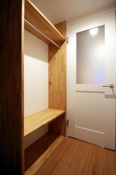 玄関ホール/収納 (家族と過ごすグリッド棚に囲まれたSOHO空間)