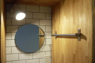 洗面スペース (家族と過ごすグリッド棚に囲まれたSOHO空間)