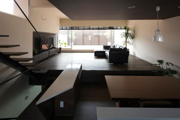 中筋の家の部屋 キッチンよりダイニング越にリビング、テラスを望む