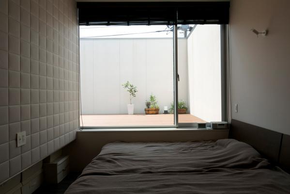 中筋の家の部屋 中庭が見える寝室