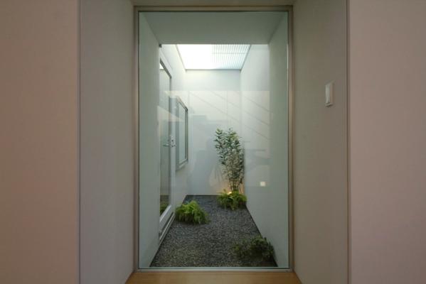 岩国の家の部屋 2階テラス下の光庭