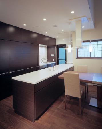 東広島の家の写真 収納たっぷりのモダンなキッチン