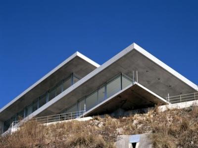 古田台の家 (崖下より望む外観)