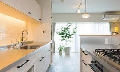 """""""部屋を独立させない""""発想で想像以上の広さと明るさを生み出すマンションリノベーション (キッチン)"""