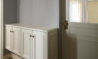 K邸 (淡いブルーの壁と白い建具の配色バランス)