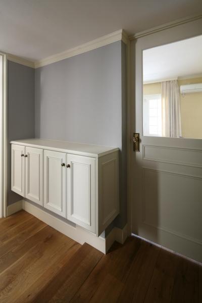淡いブルーの壁と白い建具の配色バランス (K邸)