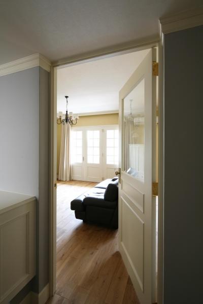 廊下からリビングの入りドア (K邸)