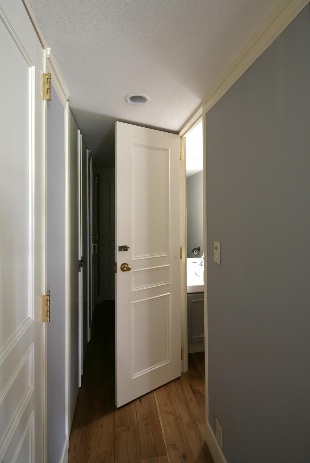K邸 (ドアは白塗装で統一)
