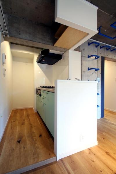 ボルダリング×コンクリートスラブのアスレチック空間 (キッチン)