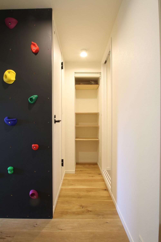 ボルダリング×コンクリートスラブのアスレチック空間 (廊下)
