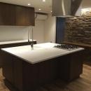 石張りの壁が高級感を与えるキッチン