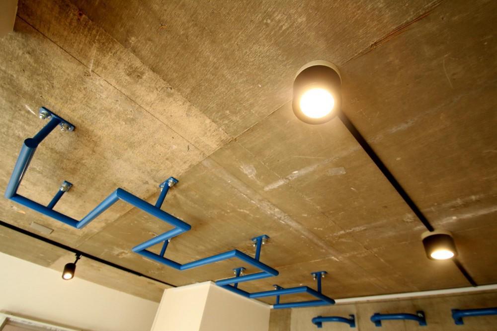 ボルダリング×コンクリートスラブのアスレチック空間 (天井)