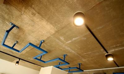 天井|ボルダリング×コンクリートスラブのアスレチック空間