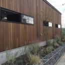 庭を抱きしめるいえの写真 自然素材の外壁