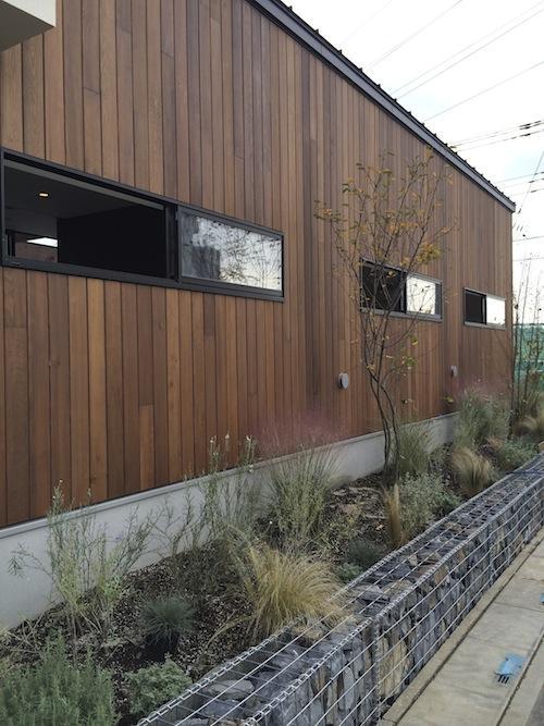 庭を抱きしめるいえ (自然素材の外壁)