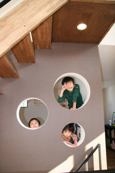 ユニークな階段下の壁 (はぐみのいえ)