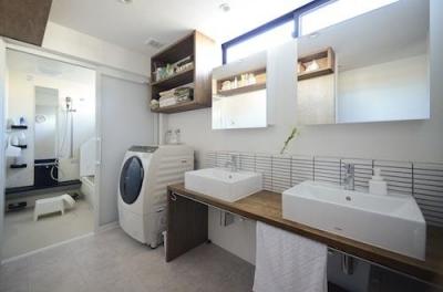明るく清潔な洗面エリア、バスルーム (はぐみのいえ)