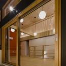 木調の窓と照明が調和した部屋