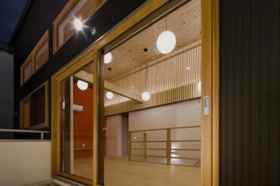木調の窓と照明が調和した部屋 (みんなのいえ)