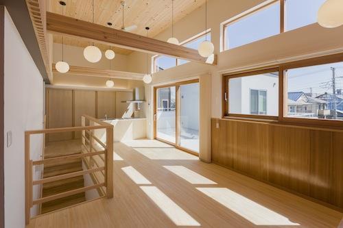 みんなのいえの部屋 高い天井と日差し溢れる空間