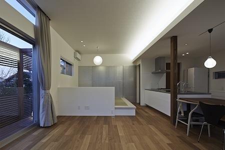 森林浴のいえの部屋 コーブ照明が柔らかさを与えるLDK