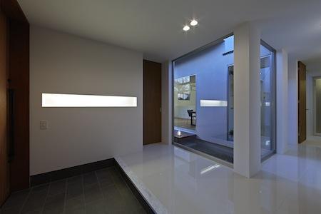 森林浴のいえの部屋 埋め込み窓のある玄関