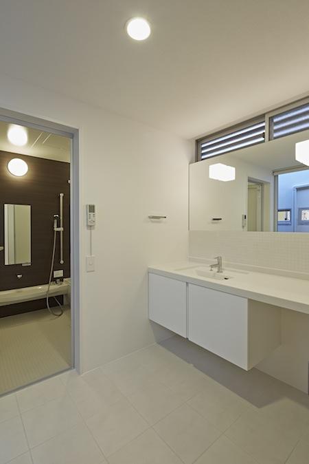 森林浴のいえの部屋 白い洗面エリア