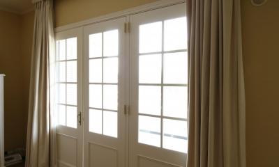 K邸 (白枠の大きな窓で光と風を取り込む)