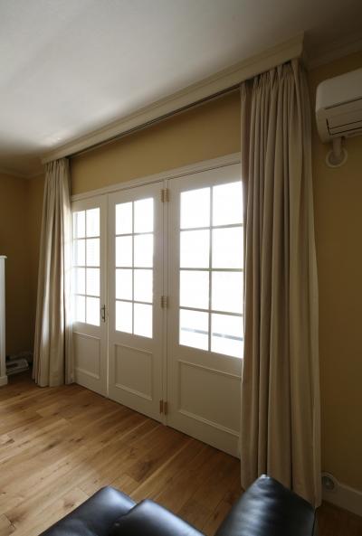白枠の大きな窓で光と風を取り込む (K邸)