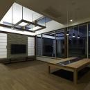 高い天井と広い窓のあるリビング